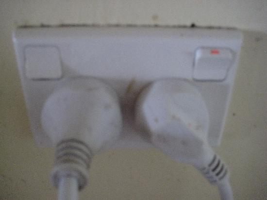 Maiana Guesthouse and Beach Bungalows: Dirty sockets and plugs