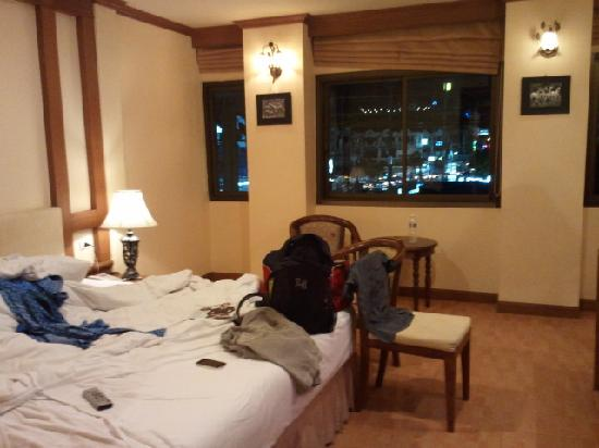 Tiger Inn Hotel: room at night