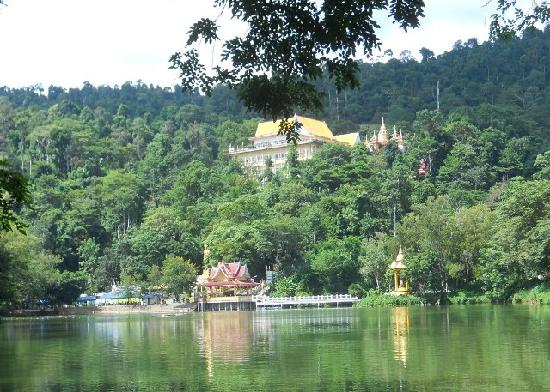 Chanthaburi, Tayland: First view across the largest lake of Wat Khao Sukim