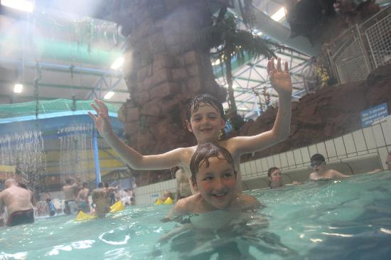 Stoke-on-Trent, UK: Friends have fun at Waterworld