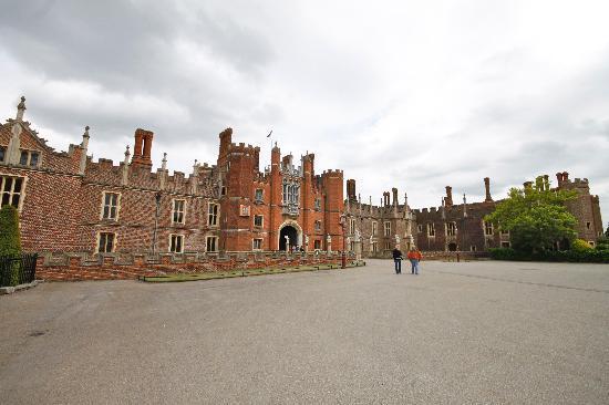 Hampton Court Palace: Front gates