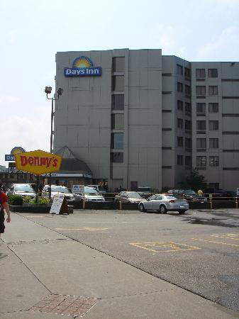 Days Inn & Suites - Niagara Falls Centre St. By the Falls: Vista esterna Hotel