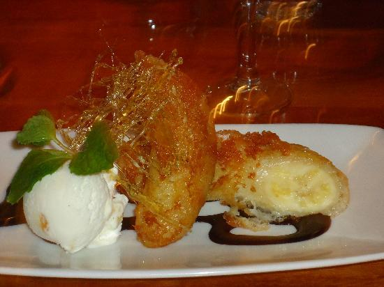 Pepper Tree Restaurant & Bar: Crispy baked Banana with Hokey Pokey Ice Cream