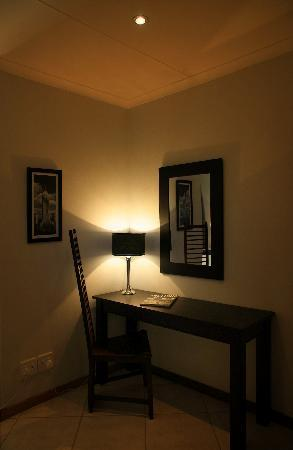 Edelweiss Corporate Guest House: Each room has a workstation