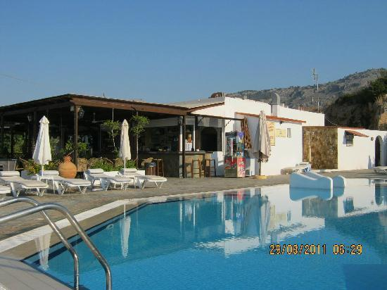 Eleni Apartments: Snack bar and pool