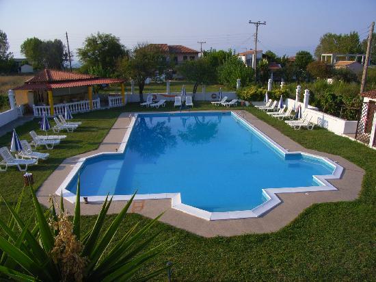 Semeli Hotel: Blick vom Balkon in den Garten mit Pool