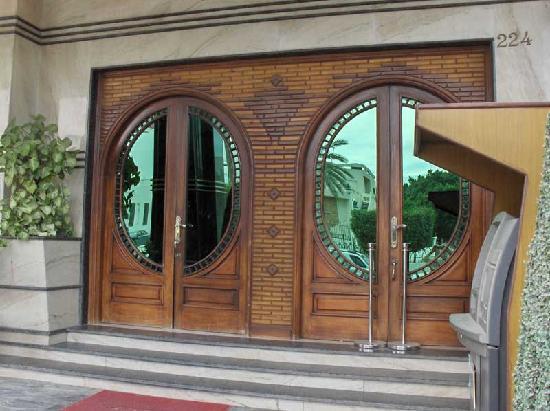 Four Seasons 2 Hotel: Main gate of hotel