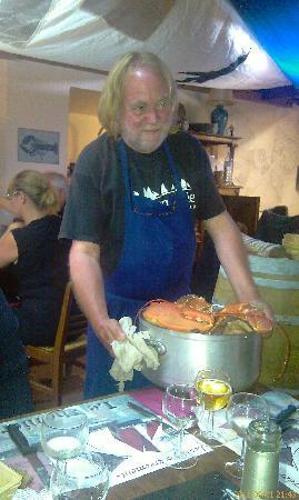 Au Crabe Tambour : Riton présente un homard dans sa casserole