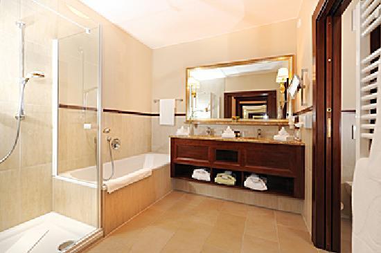 Grand Hotel Lienz: Bäder Zimmer