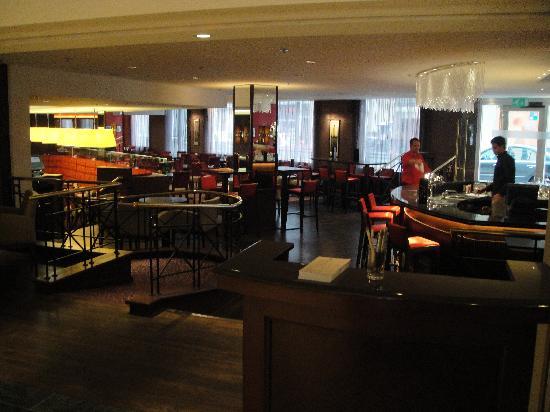 บรัสเซลส์ มาริออทโฮเต็ล: Bar area and breakfast restaurant.