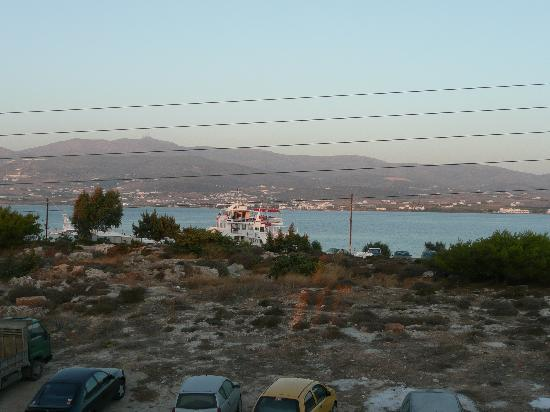 Marianos Apartments: view from property to car ferry in antiparos