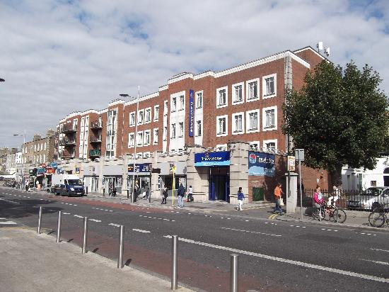 Travelodge Dublin City Centre Rathmines: Lower Rathmines Road, Bus stop is on the hotel doorstep!