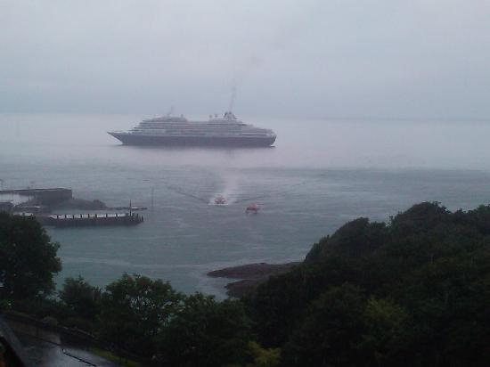 The Collingdale Guest House: Cruise ship docked just outside the harbour!