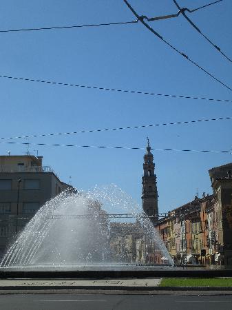Parizzi Suites & Studio: Fountain at the end of Strada della Repubblica by day