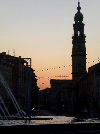 Parizzi Suites & Studio: Fountain at the end of Strada della Repubblica at dusk