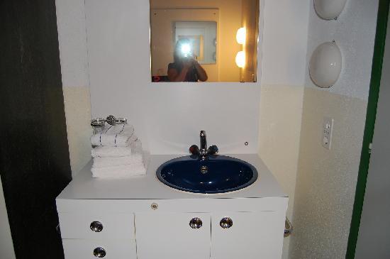 SJH Ostello Montebello: lavabo interno alla camera