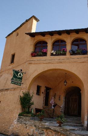 La Ca' di Ga': Ingresso della dimora storica Palazzo Orselli dove si trova il B&B e il negozio Erobisteria Atel