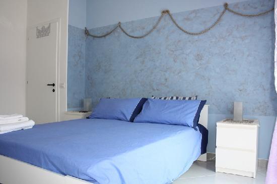 """Tresessanta360 Bed & Breakfast: """"Libeccio"""" stanza matrimoniale con possibilità di letto aggiunto."""