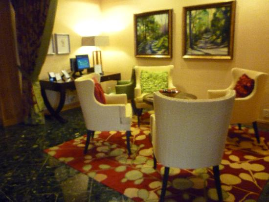 Charlotte Marriott SouthPark : Relaxing area near the front desk