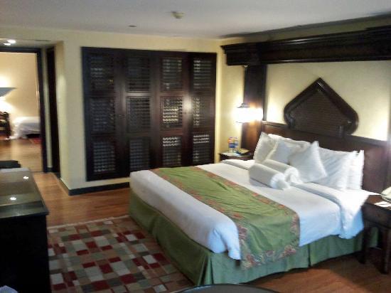 โรงแรมอาราเบียน คอร์ทยาดแอนดด์สปา: Our family room. The door led to the lounge room where the sofa bed was set up. It had another T