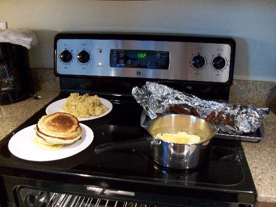 Sandy Beach Resort: Breakfast in the kitchen (better than the restaurant)