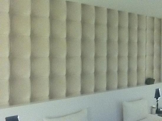 CityInn Hotel Plus - Ximending Branch: insane asylum padding painting in lieu of windows?
