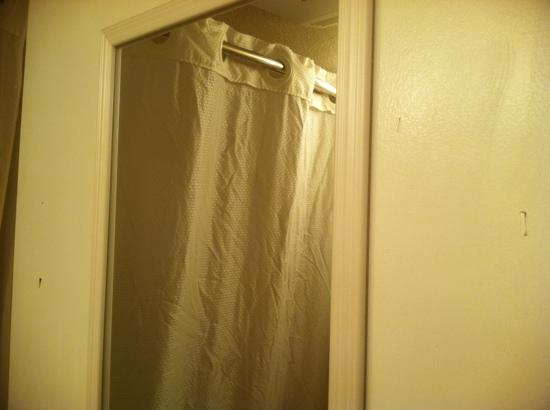 BEST WESTERN Heritage Inn: someone STABBED the bathroom door
