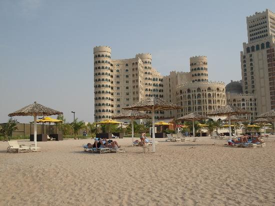 Al Hamra Residence & Village: Am Strand mit Blick auf Residence-Hotel