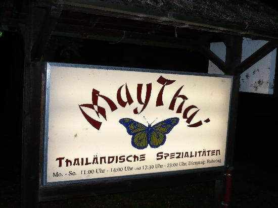 MayThai: Hinweisschild May Thai an der Strasse