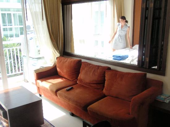 Arisara Place Hotel: habitación y comedor
