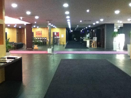 Clarion Suites Senart Paris Sud: Large reception area