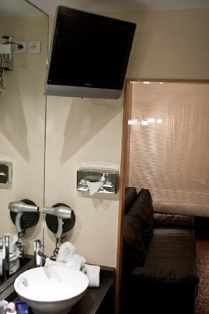 Clarion Suites Senart Paris Sud: TV in bathroom and double sinks