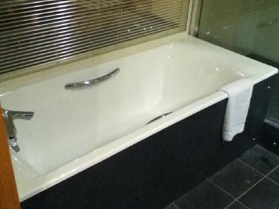 Clarion Suites Senart Paris Sud: Seperate bathtub