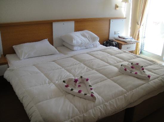 Aes Club Hotel: Beds with towel decoration
