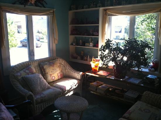 The Bentley Inn: Front parlor room