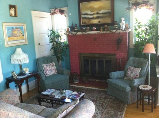 The Bentley Inn: Parlor room with fireplace