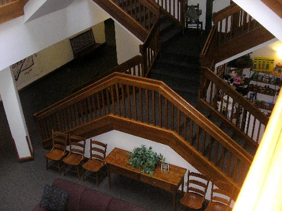 Farmstead Inn - Shipshewana: STAIRS - inside lobby - different but beautiful