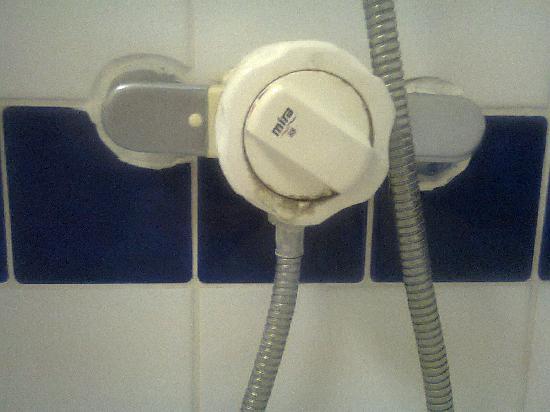 Falcon Hotel: Dirty shower.