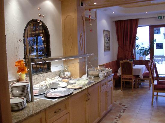 Вестендорф, Австрия: De vernieuwde eetzaal met buffet