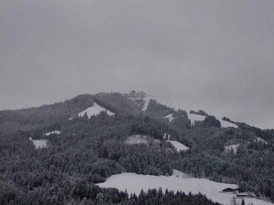 Hotel Briem: Aan de voorkant van het hotel zie je op de skilift de Choralpe die savonds verlicht is