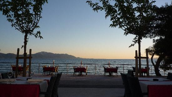 Gradac, Croacia: evening restaurant atmosphere