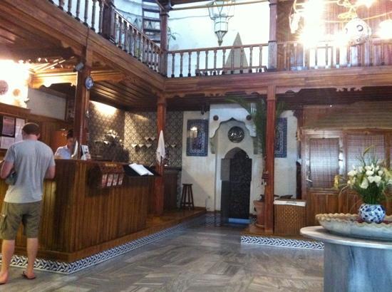 Suleymaniye Hamami : reception area, white door is entrance