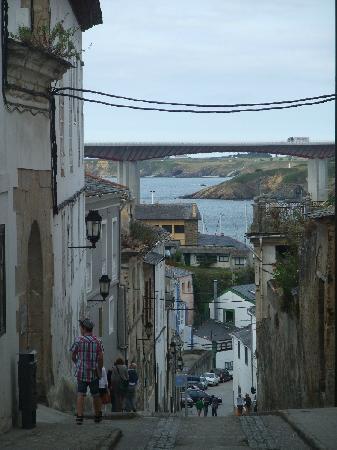 Ribadeo, Espagne : Calle hacia el puerto y vistas a la ría