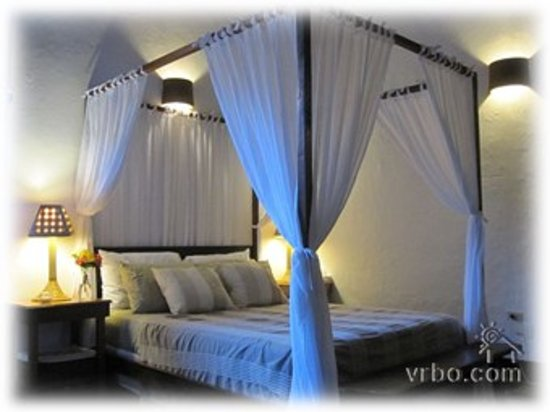La Alcoba: Comfortable canopy beds for a good nights sleep.