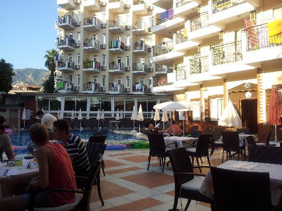 Riviera Hotel & SPA: Vy utöver hotellets huvudbyggnader. Kortet är taget från hotellets restaurang.
