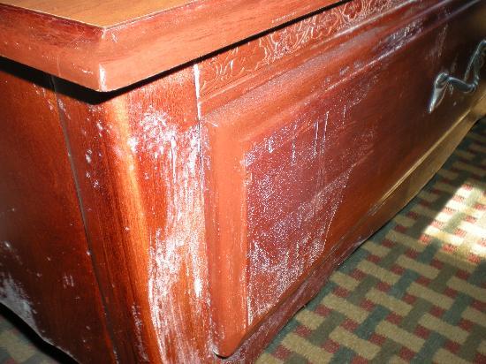 BEST WESTERN Bradbury Inn & Suites: mold on dresser