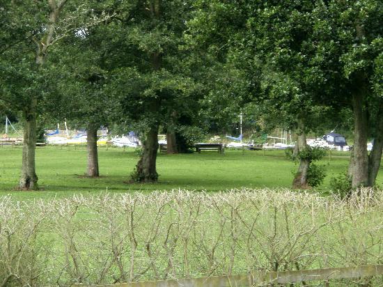 Six Mile Water Caravan Park: Grounds alongside Lough Neagh