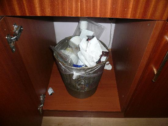 Hotel 33: Bin as left from previous customers