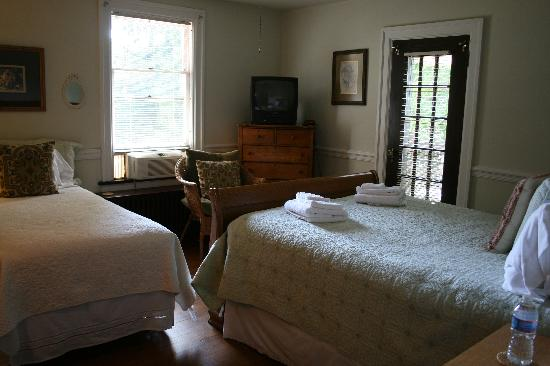 Mayor Lord's House Bed & Breakfast : Upstairs bedroom, very convenient with the two beds.