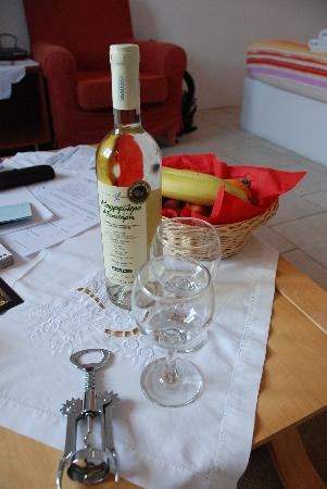 Gorgona Villas: They provide a complimentary bottle of wine and fruits to welcome you!